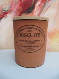 "The Original Suffolk Cannister Biscuits Barrel, Henry Watson Pottery, diameter 17 cm, hoog 21 cm. Veel ruimte voor veel (honden) koekjes! De houten deksel met de rubberen rand past en werkt goed afsluitend. Het is ook ""Ideal Storage For The Home and on Safari"",  zijn we daar niet blij mee? €24,95"