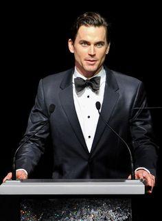 Este traje es negro y blanco. Este traje es muy elegante! Me gusto mucho. Puedes llevar este traje a la fiestas elegantes. Puedes comprar este traje a la Calvin Klien.