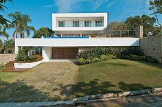 O desnível é valorizado no projeto desta casa em Santa Catarina  Embora não pareça, este terreno é bem inclinado -- o que sugeriu o posicionamento da moradia no alto, de onde se vislumbra um belo cenário.