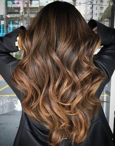 hair 2019 35 Balayage Hair Color Ideas for Brunettes in The French hair coloring technique: Balayage. balayage hair color ideas for brunettes in 2019 allow to achieve a more natural and modern eff. Brunette Color, Ombre Hair Color, Hair Color Balayage, Brown Hair Colors, Balayage Hairstyle, Hair Colours For Brunettes, Long Brunette, Haircolor, Curly Hair Colours