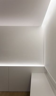 Fran Silvestre Arquitectos have designed the Antiguo Reino House, located in Valencia, Spain.This home is set on a typical building of the Ensanche century expansion) of Valencia. Indirect Lighting, Linear Lighting, Overhead Lighting, Accent Lighting, Strip Lighting, Cove Lighting Ceiling, Led Ceiling, Lighting Concepts, Lighting Design