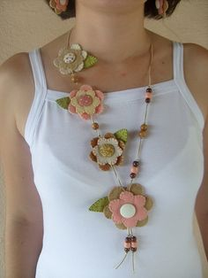 An easy way to incorporate recyclable materials in your jewelry is to make recycled jewelry beauties to hold on your chain bracelets or use as pendants on your pendants. Felt Necklace, Fabric Necklace, Diy Necklace, Crochet Necklace, Flower Necklace, Textile Jewelry, Fabric Jewelry, Jewellery, Felt Diy