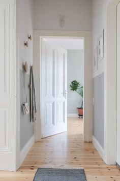 Im Flur betreten wir die ersten Quadratmeter unseres geliebten Zuhauses. Wir kom… In the hallway we enter the first square meter of our beloved home. We arrive, to our family and home. That's why the hallway should be a positive eye and a good mood. Interior Design Examples, Entry Hallway, Hallway Ideas, Corridor Ideas, Small Hallways, Ideas Hogar, Wall Colors, Decorating Tips, Hallway Decorating