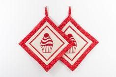 Die Topflappen-Cupcake sind mit einem Cupcake-Motiv bestickt und mit den Farben rot und beige im Patchwork-Stil gestaltet.