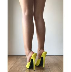 Sexy Heels, High Heels Stilettos, Stiletto Heels, Women With Beautiful Legs, Leggings And Heels, Gorgeous Feet, Great Legs, Women's Feet, Curvy Outfits