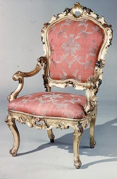 Armchair mid-18th century Italian, Venice. beautiful rose brocade with silvery finish. Romantic and relaxing.