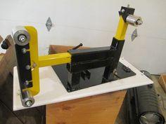 DIY plan to make a four wheel 2 x belt grinder. The frame is from HSS material. You can modify it however you like. Knife Grinder, Bench Grinder, Metal Working Tools, Metal Tools, 2x72 Belt Grinder Plans, Diy Belt Sander, Knife Making Tools, Diy Knife, Diy Belts