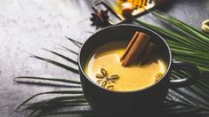 Goldene Milch: Schnelles Rezept für die volle Wirkung - Utopia.de Latte, Food And Drink, Low Carb, Keto, Vegan, Drinks, Tableware, Ethnic Recipes, Angst