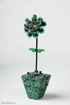 Escultura de una flor realizada con circuitos electrónicos.