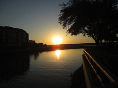 Enjoying and Eating on Hilton Head Island, South Carolina, is the perfect place to visit when you want to sit back and relax! The weather is perfect in the spring when we visited for eating out on deck areas of restaurants, walking along harbor walkways and