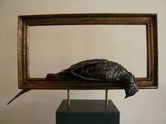 Heavenly-hemels is een bronzen beeld van dode fazant in een bronzen lijst.| bronzen beelden en tuinbeelden van Jeanette Jansen |