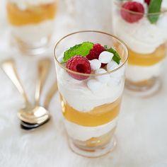 Fräsch variant på tiramisu som helt klart kommer att imponera på dina gäster. Doppa savoiardikex i den italienska citronlikören limoncello, eller apelsinsaft, innan du varvar dem i glas med mascarponekräm och lemon curd. Maränger bryter av mot citronen.