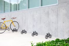 誰にでも伝わるサインという意味でも作られた、自転車の自転車型スタンドの紹介。スタジオyumakanoにて製作された。誰もが駐輪スペースだと分かりやすく、ついとめたくなるようなデザインである。