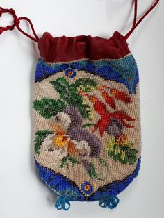 Knitted purse with antique beads, made by Tineke Nieuwenhuijse-Taal. Vintage Bag, Vintage Purses, Beaded Purses, Beaded Bags, Vintage Clothing, Vintage Outfits, Historical Clothing, Antique Dolls, Fashion History