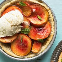 Roasted Peach Pies with Butterscotch Sauce Bake peaches in a biscuitlike crust; butterscotch sauce adds a touch of sweetness Butterscotch Sauce Recipes, Butterscotch Pie, Baking Recipes, Dessert Recipes, Egg Desserts, Picnic Desserts, Sweet Desserts, Baked Peach, Vegetarian Cooking
