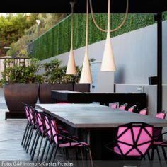 Pinkfarbene Stühle bilden einen auffälligen Kontrast zu der ansonsten schlichten Gestaltung dieser Terasse. Mehr zu Terassen, Garten und Co. findest du auf http://www.roomido.com/wohnideen/garten-balkon