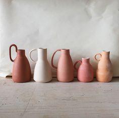accumulation de pots artisanaux aux couleurs contemporaines #ceramique