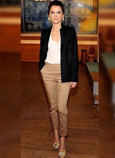 Keri Russell in white shirt, black tailored blazer, and cropped khaki trousers nice alternative to white? Chic Office Outfit, Casual Work Outfits, Business Casual Outfits, Mode Outfits, Work Attire, Office Outfits, Work Casual, Office Attire, Stylish Outfits