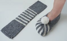 Super Easy Slippers to Crochet or to Knit There are a lot of slipper designs floating over the social media and other online platforms. However rarely are they easy to make. Knitting Patterns Slippers The most easy knit booties / dowry knit booties / knit Knitting Blogs, Knitting Socks, Knitting Designs, Free Knitting, Knitting Patterns, Knitting Ideas, Knitted Booties, Knitted Slippers, Knit Slippers Pattern