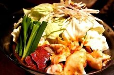【目黒:懐炉】 店内は、掘りごたつ式の落ち着いた雰囲気。モツは、芝浦の食肉市場より毎日新鮮なものを仕入れている。  モツ鍋は醤油、白味噌、辛味噌の3種類。野菜はニラとキャベツの他に、醤油には青梗菜、白味噌にはささがきごぼう、辛味噌にはもやしとスープによって野菜を替えている。白味噌には、白練りごまを加えてまろやかに、辛味噌には6種類の味噌をブレンド、熟成された秘伝のタレを使用している。 「熊本産馬トロのユッケ風」や「宮崎産「日向鶏」の唐揚げ 油淋ソース」など、一品料理も豊富である。  【店舗情報】 住所:東京都品川区上大崎2-14-3 三笠ビルA-B1 最寄り駅:JR目黒駅、東急目黒線 目黒駅 営業時間:火〜土17:30〜翌1:00(L.O.24:30)、 日17:30〜24:00(L.O.23:30) 定休日:月曜日、年末年始