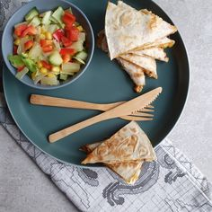 Quesadilla opskrift - mexicansk mad med tortilla pandekager med fyld Tortilla Wraps, Quesadilla, Salad, Snacks, Ethnic Recipes, Kitchen, Food, Cuisine, Quesadillas