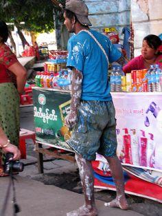 Un peintre qui doit travailler à la tâche  Myanmar  2014