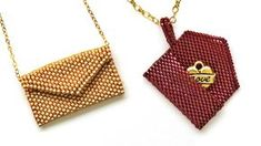 Free tutorial Peyote stitch envelope pendant / charm Canyoukeepasecret clutch hero