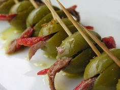 Tapas ✓ Grüne Oliven gefüllt mit Paprika und Sardellen Rezept