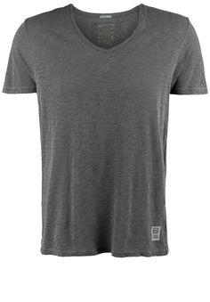 T-Shirt VNECK    Lässig verwaschenes T-Shirt mit V-Ausschnitt von BETTER RICH. Die leichte Baumwolle in Flamé-Optik ist angenehm zu tragen, der lässige Schnitt und die markentypische Vintage-Optik schaffen einen coolen Casual-Look.    Ausschnitt / Kragen: V-Ausschnitt  Brustweite: ca. 51 cm (Größe M, einfach gemessen)  Fit: gerade und leger geschnitten  Größenflag: fällt größengetreu aus  Länge...