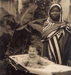 1. Esta foto fue tomada en el año 1947 en la colonia británica de Zanzibar, África. Una niñera posa al lado de Farrokh Bulsara, un niño que más tarde se convertiría en Freddie Mercury.