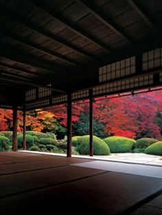 Leaves at Shisen-do Temple turn red relatively slowly, so visitors appreciate them from the middle of November to December. Feng Shui, Japan Beach, Japan Garden, Japan Architecture, Japanese Landscape, Aesthetic Japan, Japanese Interior, Japan Photo, Kyoto Japan