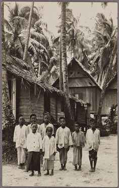 A village is a place where you can find peace, unity, strength, inspiration and most importantly a natural and beautiful life. Hayden Ng Pic – Children in a Malay Kampong, Singapore. Thailand History, History Of Singapore, Singapore Photos, Singapore Fashion, Old Pictures, Old Photos, Singapore House, New York Public Library, Historical Pictures