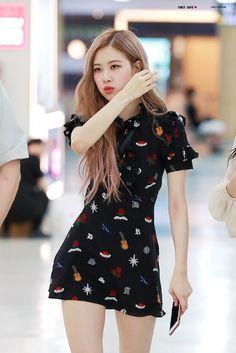 Rosé (Oh! Blackpink Fashion, Korean Fashion, Fashion Outfits, Jenny Kim, Kpop Mode, Look Rose, Blackpink Photos, Wall Photos, Jennie Blackpink