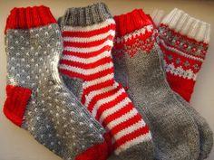 Christmas socks, Drops pattern Tanssivat kädet - Dancing hands