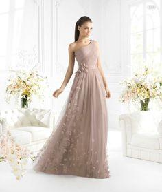Vestido de un hombro en color nude con apliqués de flores para damas de boda