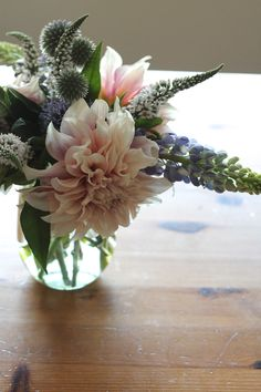 how whimsical is this pretty bouquet? it looks perfect for a woodsy wedding!