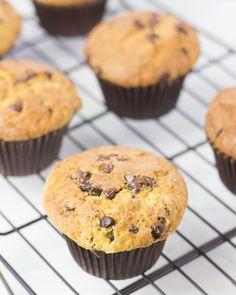 Hola!!! Lo prometido es deuda y aquí os traigo esta receta SÚPER fácil para hacer unos muffins americanos maravilllosos (y jugosos) ... Cake Pops, Anna Olson, Chocolate Muffins, Chocolate Chips, Cupcakes, Sweets, Cooking, Breakfast, Desserts
