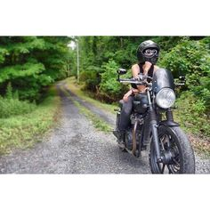 Contemplating our next destination. Where are you headed to next? Credit: @streettwinnyc Triumph Street Twin Featuring the Midnight Tint Classic Flyscreen SHOP LINK IN PROFILE #StreetTwin #triumphTwin #triumphbonneville #bonneville #fortheride #triumphofficial #triumphnation #caferacer #windshield #flyscreen #dartflyscreen #fortheopenroad