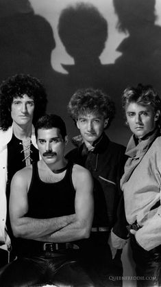 """""""The show must go on Inside my heart is breaking My make-up may be flaking But my smile still stays on."""" The masters of rock-Queen! Queen Pictures, Queen Photos, Queen Freddie Mercury, Queen Band, Beatles, Queen Aesthetic, Queens Wallpaper, Make Up Braut, We Will Rock You"""
