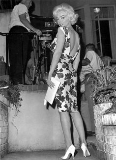 """Marilyn Monroe 1962 - on the set of her uncompleted film """"Something's Got to Give"""", just a few months before her death. She'd regained her legendary figure and radiance. Marilyn Monroe 1962, Marilyn Monroe Photoshoot, Estilo Marilyn Monroe, Marilyn Monroe Style, Marilyn Monroe Shoes, Hollywood Glamour, Hollywood Stars, Classic Hollywood, Old Hollywood"""