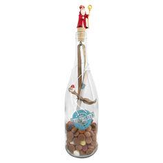 Hoe leuk is deze surprise! Een super cadeau voor pakjesavond.   Wij doen de door jouw bestelde armband en/of oorbellen in of om de fles. Op de brief die in de fles zit kun je jouw gedicht schrijven of wanneer je de tekst bij opmerkingen plaats (bij het bestellen) dan zetten wij deze ervoor jou op!  In de fles zit; strooigoed, de door jouw uitgekozen armband en/of oorbellen en bovenop de kurk een Sint of Pietje.