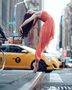 (not Luis Pons) Breathtaking Portraits Of Ballet Dancers Practicing On The Streets Of New York - A few months ago we featured Omar Roble's amazing photographs of ballet dancers on the streets of Cuba. Well now he's back with another mesmerizing collection of famous dancers performing on the streets of New York City.