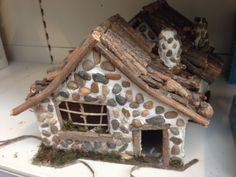 Huisje met kiezels, stokjes en klei. Knutselen met kerstmis