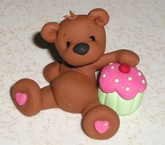 I like this polymer clay bear. It's so sweet looking. Sculpey Clay, Polymer Clay Figures, Cute Polymer Clay, Polymer Clay Animals, Polymer Clay Projects, Polymer Clay Charms, Polymer Clay Creations, Clay Crafts, Clay Bear