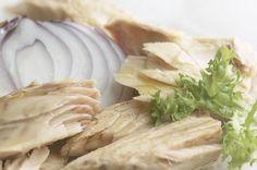 Ensalada fresca enriquecida con bonito del norte Campos. La imagen ilustra un artículo de El Blog de Campos que explica las ventajas de consumir pescado para estar sano y sentirse bien este verano.