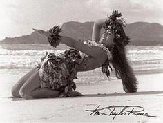 Kim Taylor Reece, Hawaii's foremost fine art photographer, has been studying hula kahiko for nearly 30 years. A catalyst of Hawaii's Cultural Renaissance, his photography captures the mys Hawaiian Girls, Hawaiian Homes, Hawaiian Dancers, Hawaiian Art, Hawaiian Tattoo, Kim Taylor Reece, Aloha Hawaii, Hawaii Travel, Tiki Hawaii