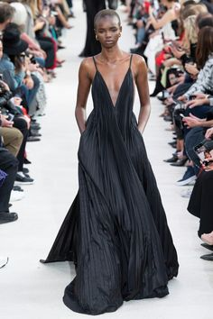 Valentino Spring 2019 Ready-to-Wear Fashion Show Collection: See the complete Valentino Spring 2019 Ready-to-Wear collection. Look 62 Akiima Fashion Catwalk, Fashion Mode, High Fashion, Fashion Trends, Womens Fashion, Paris Fashion, Fashion Night, Fashion Stores, Fashion Images