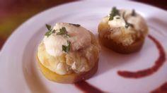 Montadito con batata de la Isla de Lanzarote con migas de bacalao noruego, con una cobertura de mayonesa de manzana ácida.