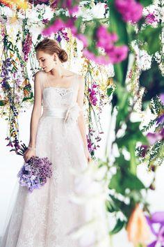 NAME  6675S  BRAND  Blumarine  ブラッシュカラーのドレスは、肌をワントーン明るく見せ やさしい印象の花嫁姿を叶えてくれるカラードレス。 パープルのブーケや、カラーストーンを合わせて着こなしてみて。