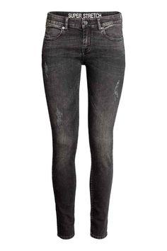 Pantalon super stretch: Pantalon en twill super extensible lavé. Modèle taille basse avec jambes très fines. Poches devant et dans le dos.